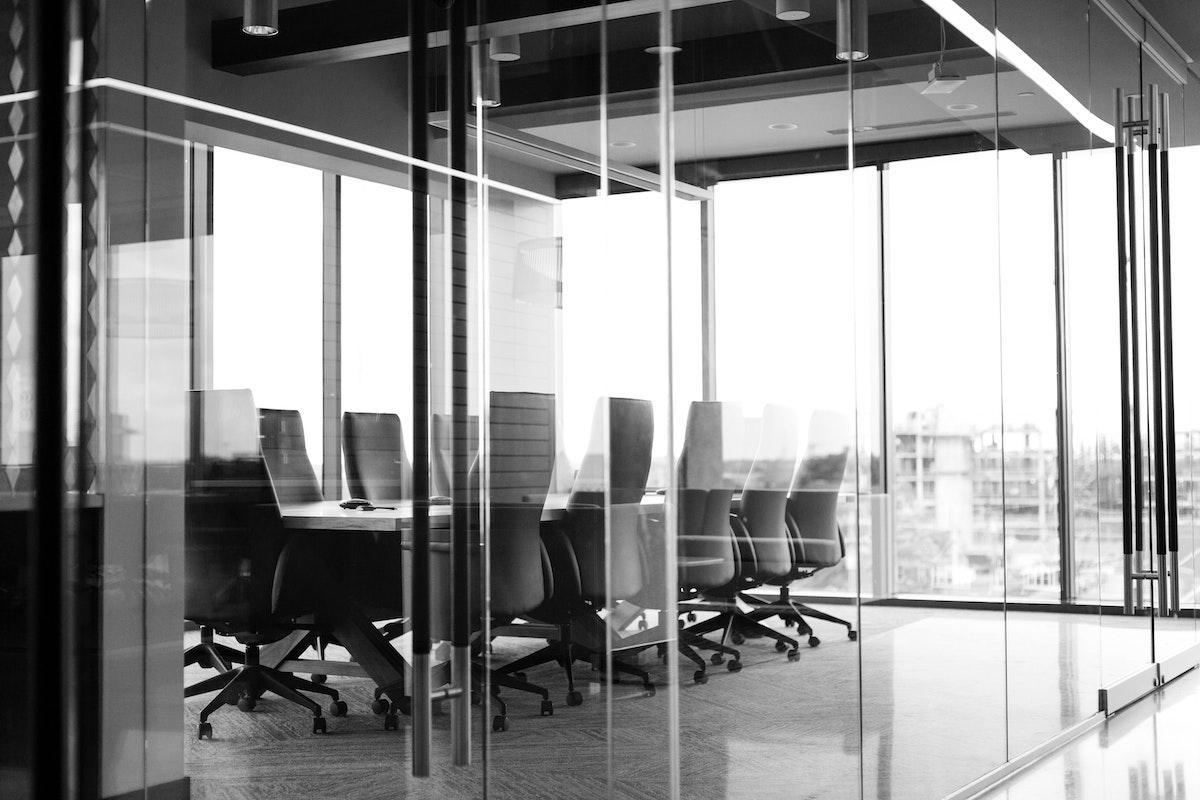 Sala de reuniones en la oficina del futuro después del coronavirus