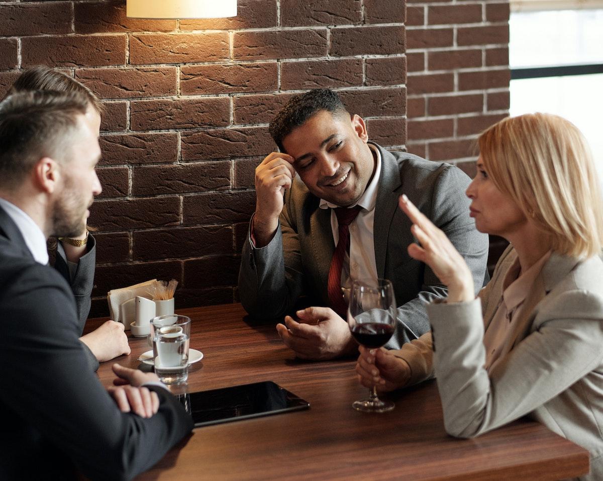Salir del trabajo para una pausa café tiene efectos beneficiosos para el rendimiento y la creatividad