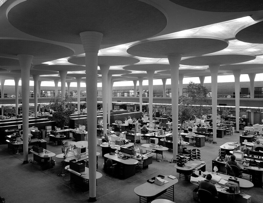 La sede de Johnson Wax en Racine, Wisconsin, construida por Frank Lloyd Wright, inaugurada en 1939, ya presagiaba la oficina abierta.